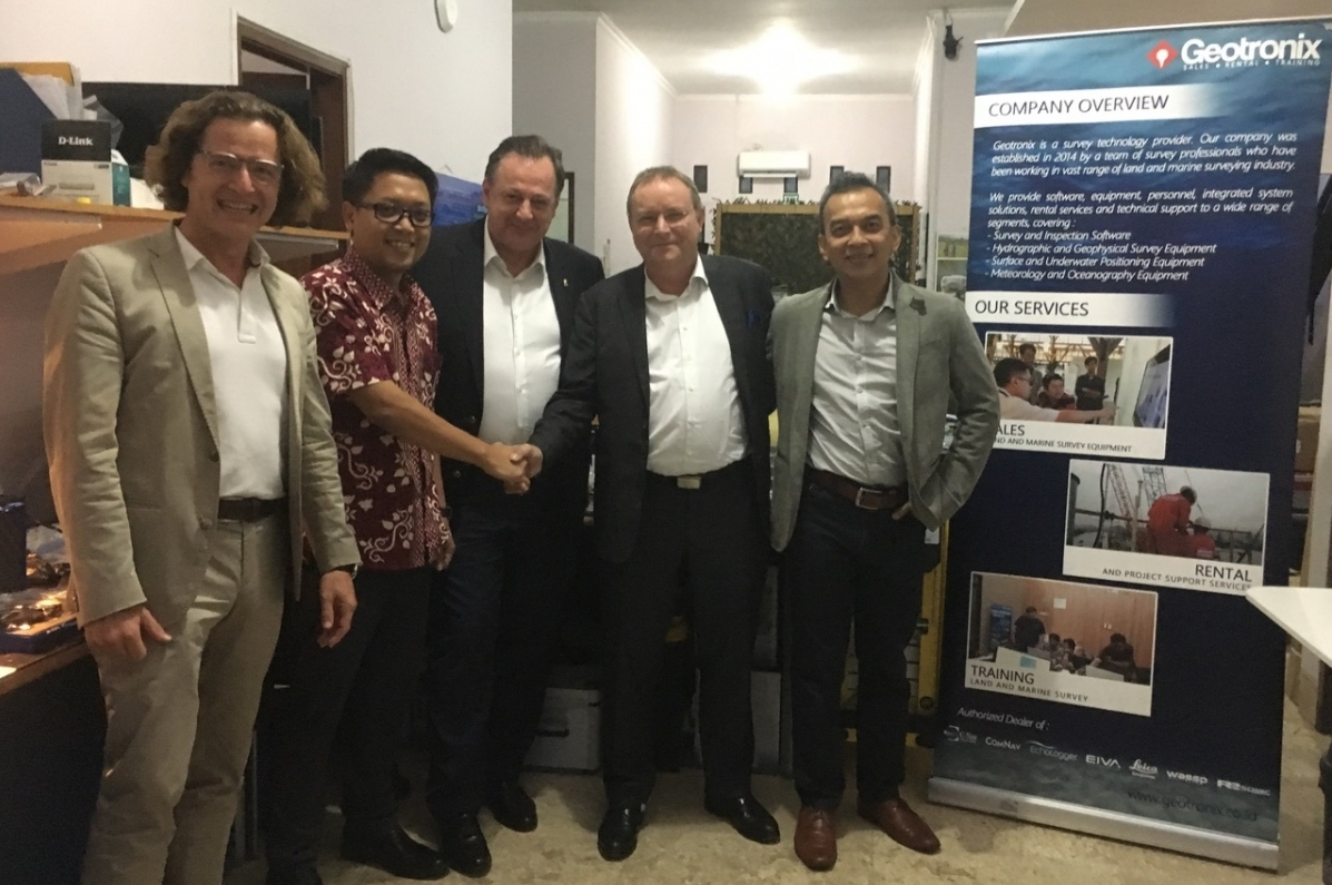 The handshake between two company leaders: Heinz Schelwat, CEO of Sea & Sun Technology and Fajar Setio Adi, General Manager and shareholder of GEOTRONIX together with Prof. Dr. Roberto Mayerle, Prof. Dr. Poerbandono and Kai Pohlmann.