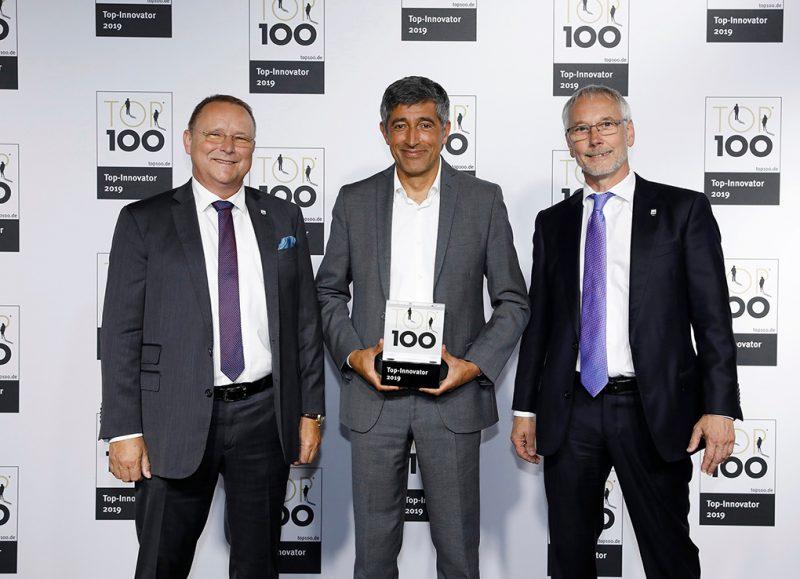 Ranga Yogeshwar (center) hands the award TOP 100 to Sea & Sun Technology CEO Heinz Schelwat and Gerhard Pohl.