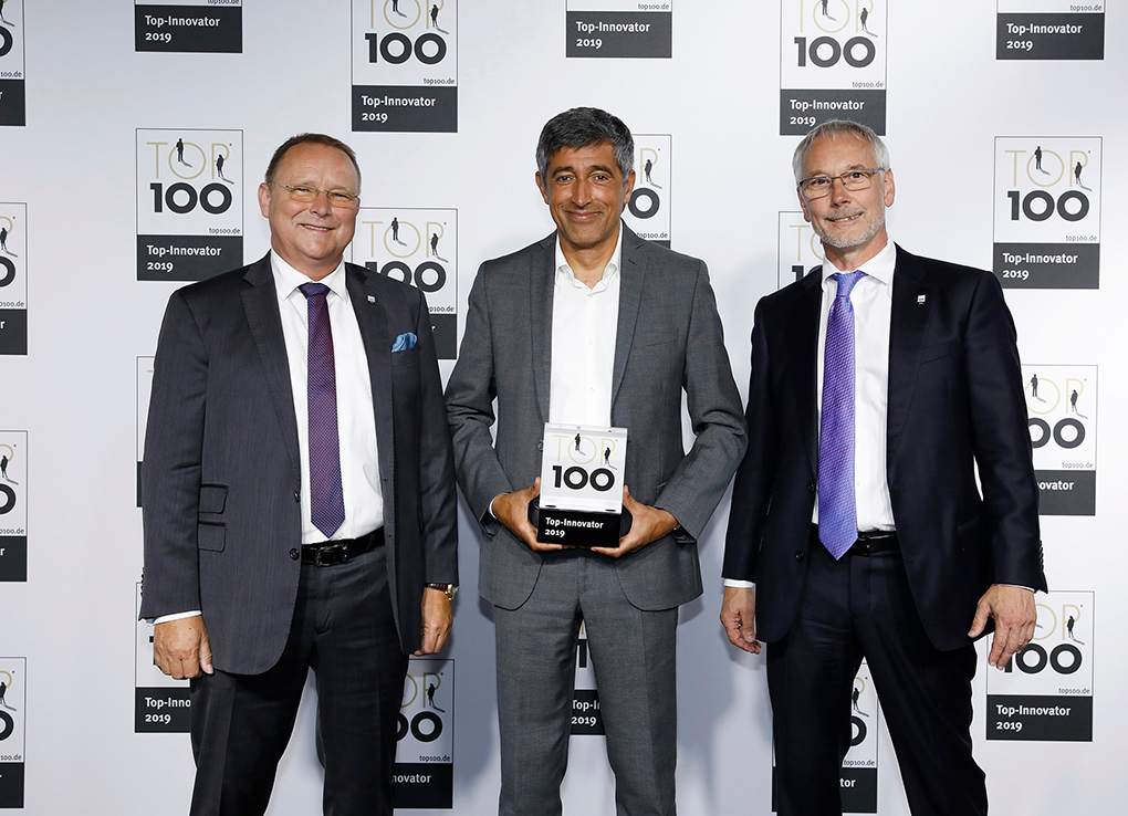 Ranga Yogeshwar (center) hands the award TOP 100 to Sea & Sun Technology CEO Heinz Schelwat and Gerhard Pohl.